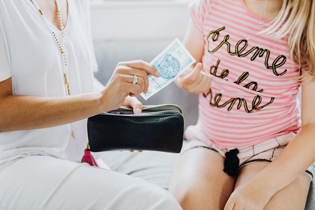 Kinder können schon von klein auf das Konzept von Geld kennenlernen und verstehen.