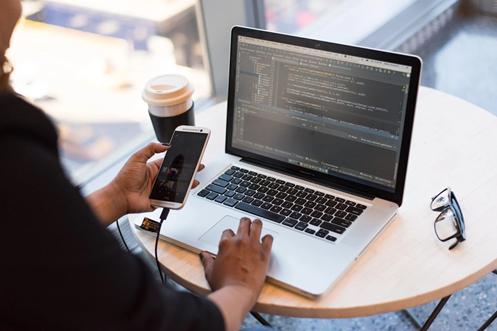 Schreiben Sie Code als Software- oder App-Entwickler/in.