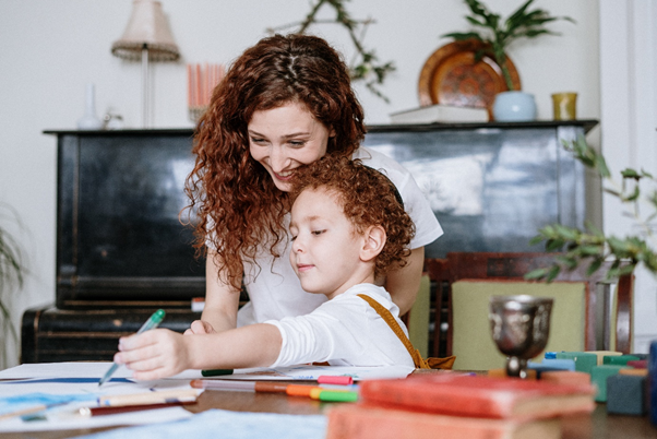 Unterstützen Sie Ihr Kind beim Festlegen eines Budgets. So kann es mehr über die Geldverwaltung erfahren.